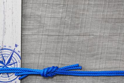 Tauwerk, Hintergrund mit Blau in Grau und Kompass maritim